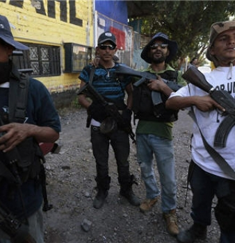 Mexican citizens arrest police, seize control of town